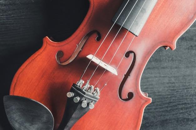 De viool op de donkere tafel, klassiek muziekinstrument gebruikt in het orkest.