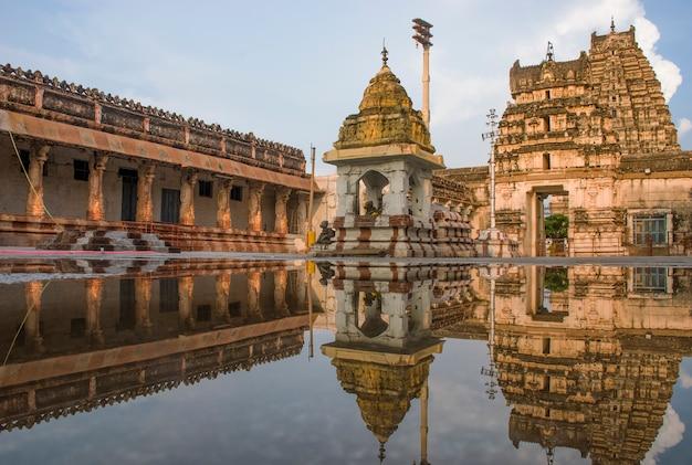 De virupaksha-tempel in hampi, de oude hoofdstad van het vijayanagar-rijk, in hampi, karnataka, india