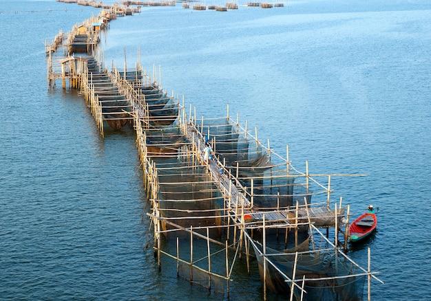 De vissenkooien bij het estuarium laem zingen, chanthaburi, thailand.