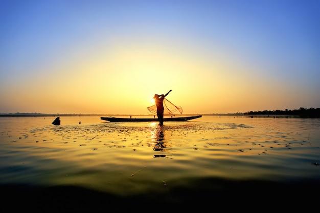 De visser wierp een boot op zijn boot.