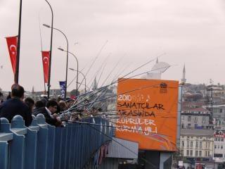 De visserij in de gouden hoorn in istanbul