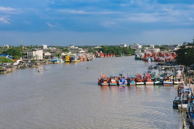 De vissersboot bij een ligplaats in pattani, thailand.