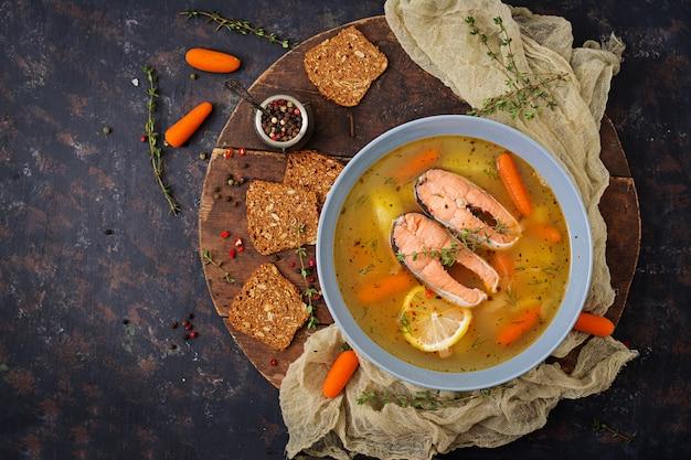 De vissoep van zalm met groenten in kom.