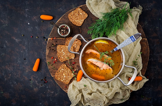De vissoep van zalm met groenten in pan.