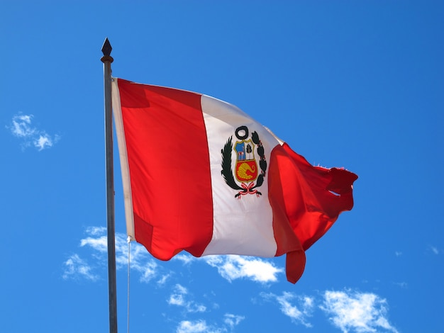 De vlag op de grens peru en bolivia op altiplano in de andes, zuid-amerika