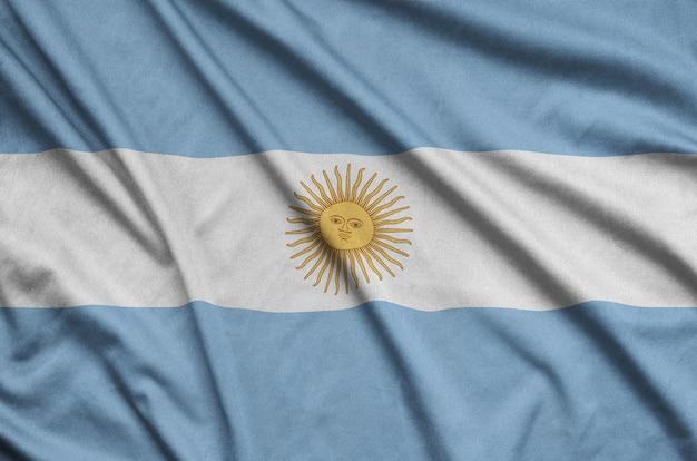 De vlag van argentinië is afgebeeld op een sportdoek met veel plooien.