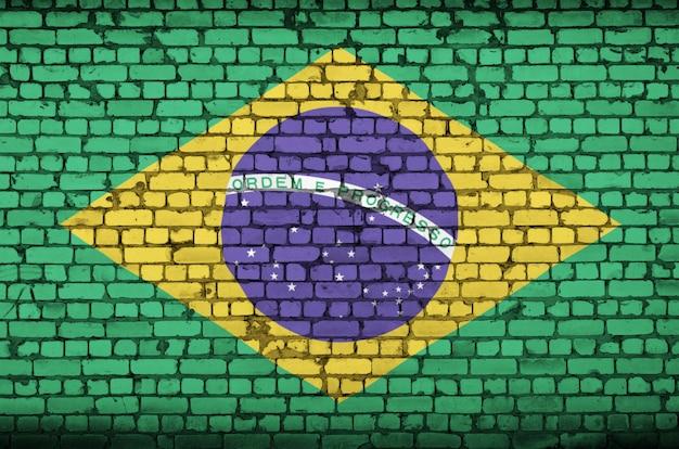 De vlag van brazilië is geschilderd op een oude bakstenen muur