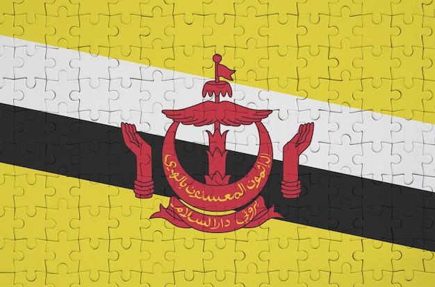 De vlag van brunei darussalam is afgebeeld op een gevouwen puzzel