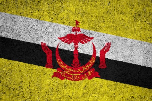 De vlag van brunei op grungemuur die wordt geschilderd