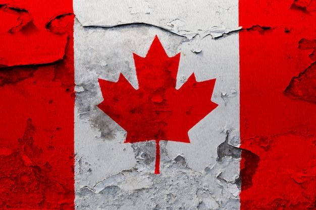 De vlag van canada op grunge gebarsten muur wordt geschilderd die