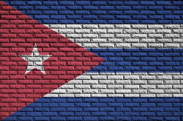 De vlag van cuba is op een oude bakstenen muur geschilderd