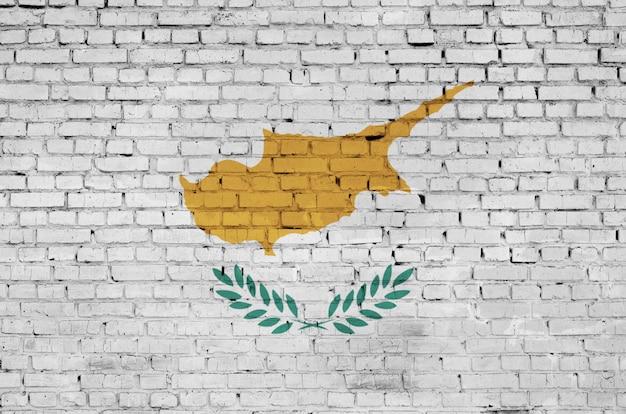 De vlag van cyprus is op een oude bakstenen muur geschilderd