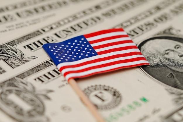 De vlag van de vs amerika op de achtergrond van dollarbankbiljetten.