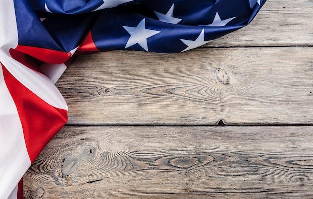 De vlag van de vs op lichte houten lijst achtergrond dichte omhooggaande exemplaarruimte