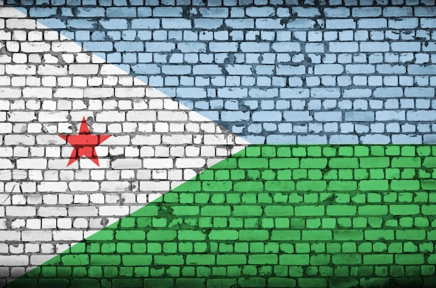 De vlag van djibouti is geschilderd op een oude bakstenen muur