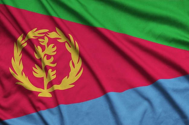 De vlag van eritrea is afgebeeld op een sportdoek met veel plooien.