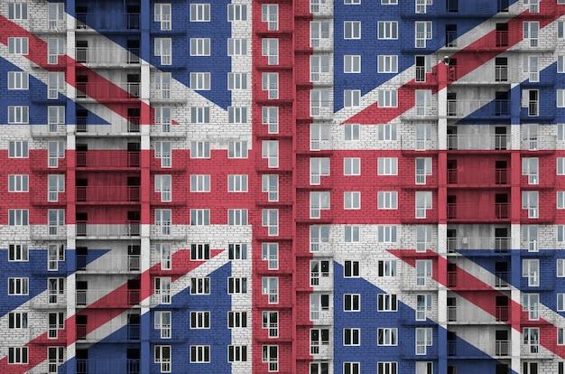 De vlag van groot-brittannië in aanbouw in verfkleuren wordt afgebeeld op woongebouw met meerdere verdiepingen.