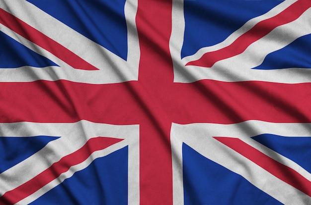 De vlag van groot-brittannië is afgebeeld op een sportdoek met veel vouwen.