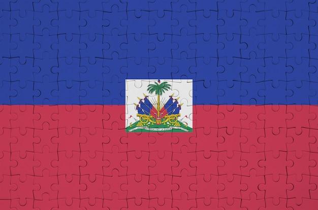 De vlag van haïti is afgebeeld op een gevouwen puzzel