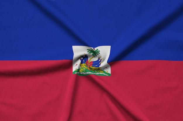 De vlag van haïti is afgebeeld op een sportdoek met veel plooien.