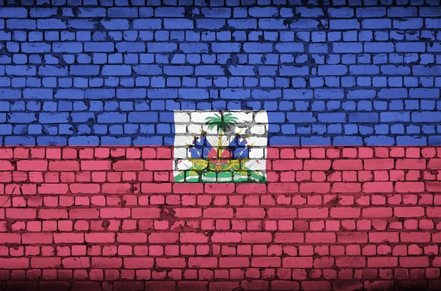 De vlag van haïti is op een oude bakstenen muur geschilderd