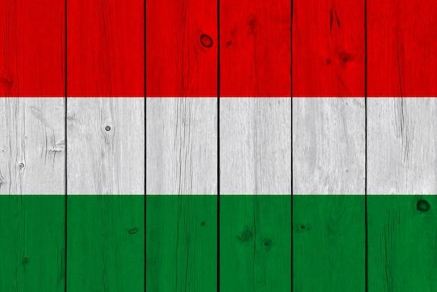 De vlag van hongarije op oude houten plank wordt geschilderd die