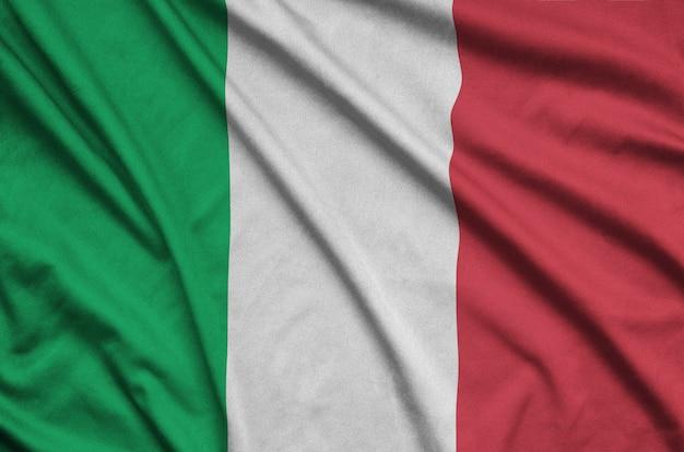 De vlag van italië is afgebeeld op een sportdoek met veel plooien.
