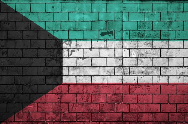 De vlag van koeweit is geschilderd op een oude bakstenen muur
