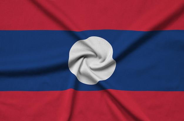 De vlag van laos is afgebeeld op een sportdoek met veel plooien.