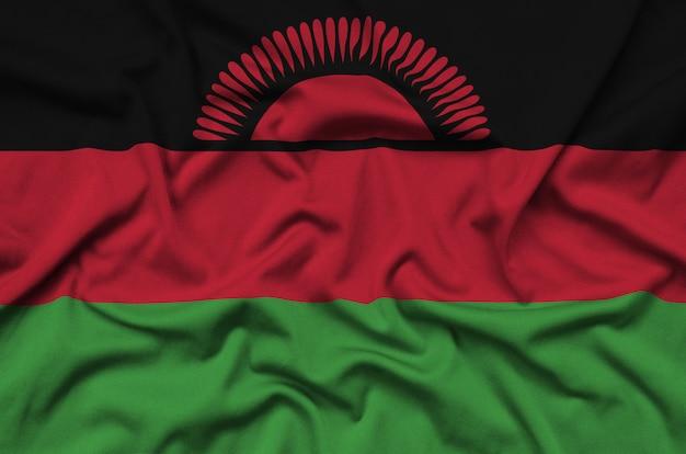 De vlag van malawi is afgebeeld op een sportdoek met veel plooien.