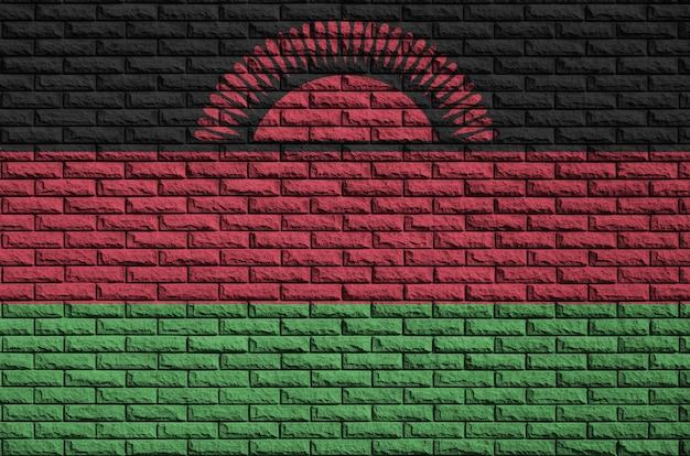 De vlag van malawi is geschilderd op een oude bakstenen muur