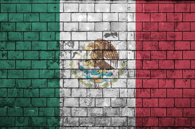 De vlag van mexico is geschilderd op een oude bakstenen muur