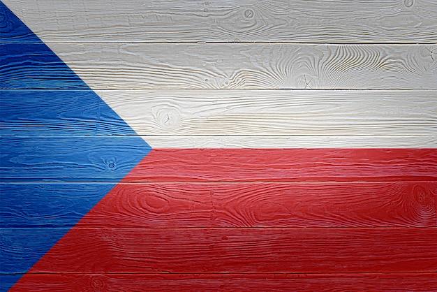 De vlag van tsjechië op oude houten plankachtergrond die wordt geschilderd