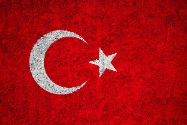 De vlag van turkije op grungemuur die wordt geschilderd