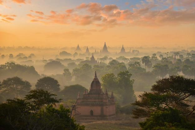 De vlakte van bagan tijdens zonsopgang, mandalay, myanmar