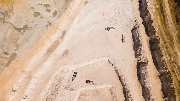 De vlucht van de drone over een steengroeve van zand en witte steen in de afbeelding zie je graafmachines die zijn gestopt luchtfoto van de steen- en zandindustrie