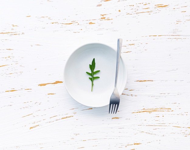 De voedselachtergrond en het saladeconcept met wilde raketvlakte lagen