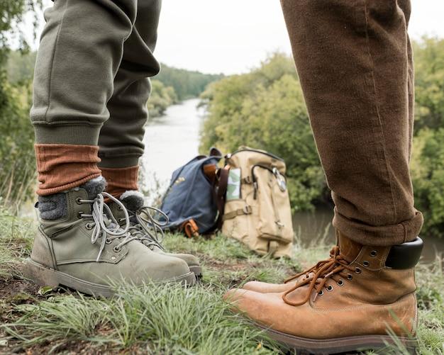 De voeten die van het paar zich op gras bevinden die elkaar onder ogen zien