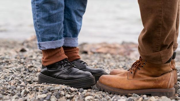 De voeten die van het paar zich op grind bevinden die elkaar onder ogen zien