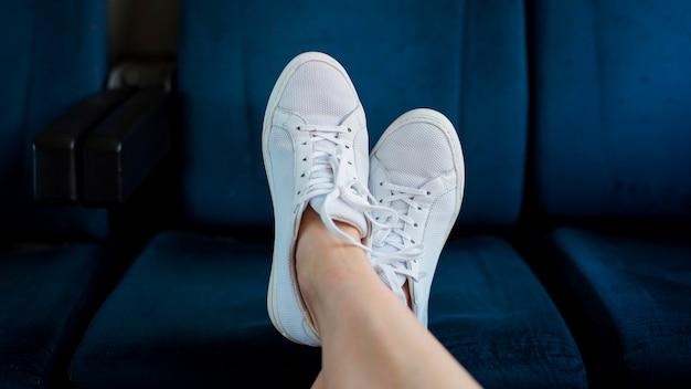 De voeten van de close-upvrouw op treinzetel