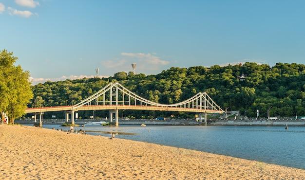 De voetgangersbrug over de rivier de dnjepr in kiev, de hoofdstad van oekraïne