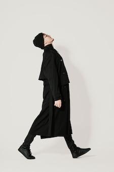 De volledige lopende mens van het lengteportret op wit