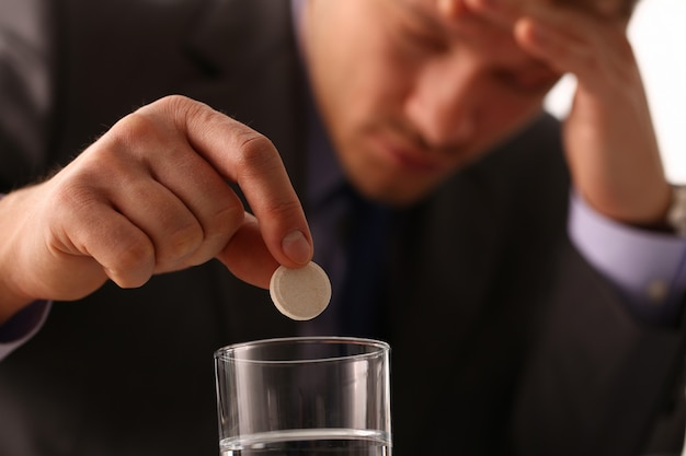 De volwassen mannelijke tablet van de zakenmangreep