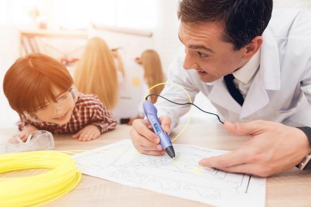 De volwassen mens schrijft door 3d pen tijdens een les in klasse.