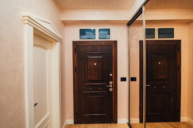 De voordeur van het appartement