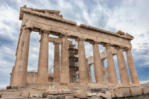 De voormalige tempel van parthenon op de atheense akropolis, griekenland, opgedragen aan de godin athene