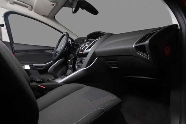 De voorstoel van de auto en het dashboard