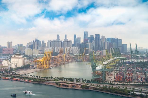 De vrachtterminal van singapore is een van de drukste havens