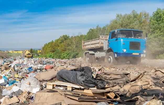 De vrachtwagen brengt het afval naar de stortplaats