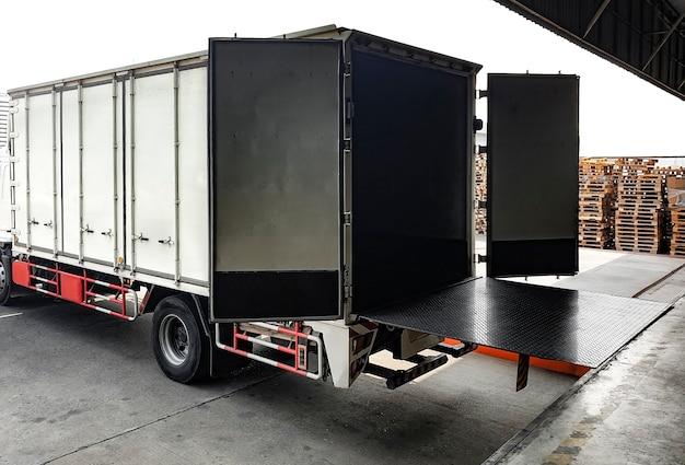 De vrachtwagen is aangemeerd wachtend op het laden en lossen van goederen.